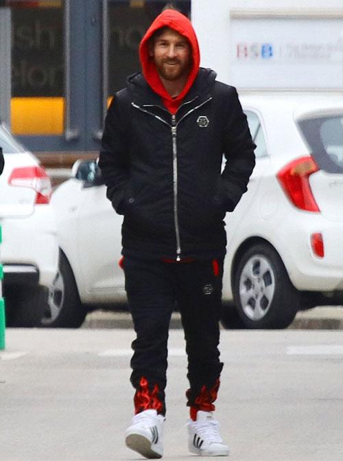 Ông bố 30 tuổi trông rất vui vẻ khi rảo bước trên đường