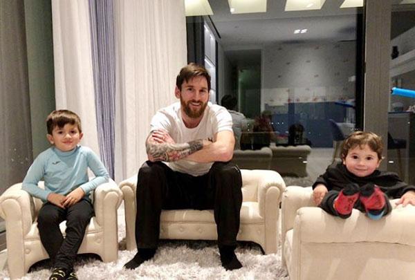 Tháng 4 tới, gia đình tiền đạo Barca có thêm một cậu con trai.
