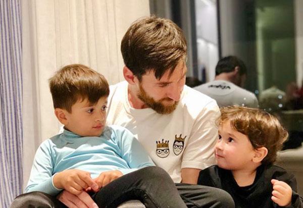 Trên trang cá nhân, Messi mới khoe ảnh tình cảm bên hai con trai, Thiago (5 tuổi) và Mateo (hai tuổi).