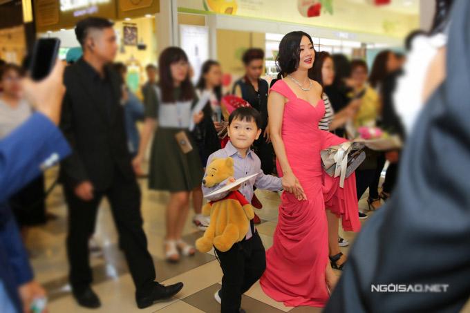 Mỹ Duyên mặc gợi cảm nắm tay con trai tới lễ ra mắt phim điện ảnh mới, tối 28/2.