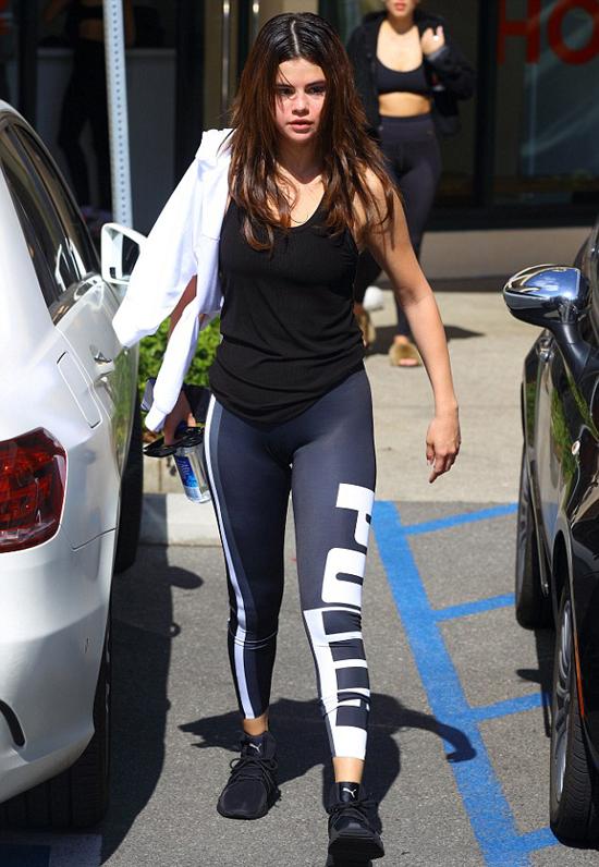 Selena Gomez rời phòng tập ở Studio City, California hôm 28/2. Người đẹp mặc trang phục thể thao Puma - thương hiệu cô làm gương mặt đại diện.