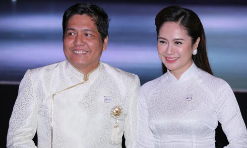 Vợ chồng Thanh Thúy – Đức Thịnh mặc áo dài ton-sur-ton đi sự kiện