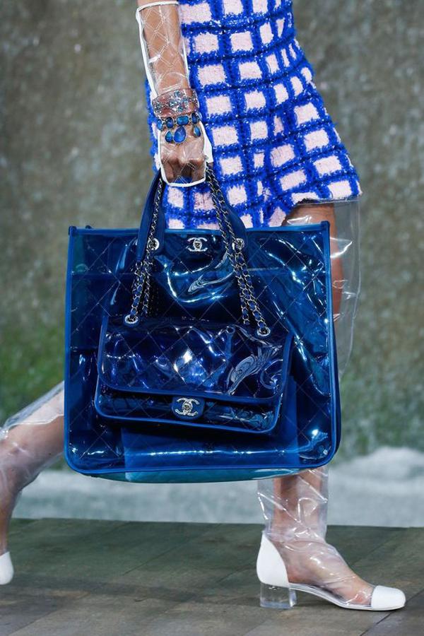 Bẵng đi một thời gian, túi nhựa trong và các kiểu phụ kiện được làm từ nhựa PVC đánh dấu sự trở lại bởi sự nỗ lực của các nhà thiết kế đến từ thương hiệu Chanel.
