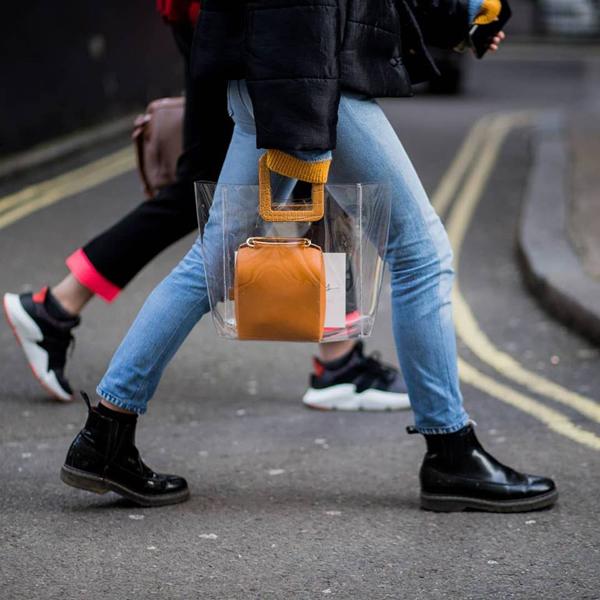 Cùng với các kiểu belt bag, túi hình học, túi kẻ sọc cá tính, túi trong suốt đã mang tới điểm nhấn thú vị cho trào lưu ăn mặc thịnh hành đầu xuân 2018.