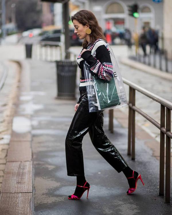 Thương hiệu nổi tiếng gây bất ngờ với sản phẩm túi to bản kiểu dáng vô cùng đơn giản và không khác mấy các kiểu túi nilon xách tay.