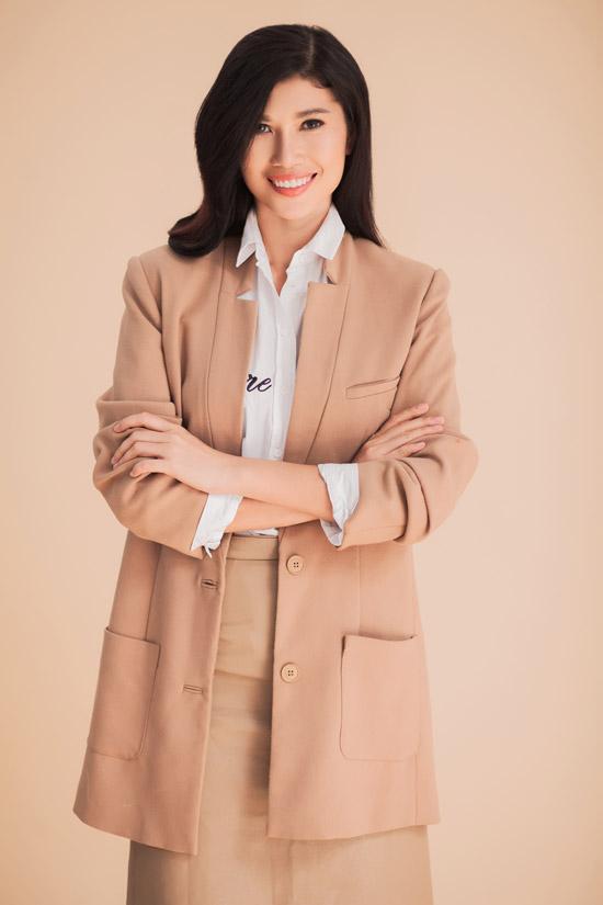 Bộ hình được thực hiện với sự hỗ trợ của stylist Tân Đà Lạt, make-up Dũng Phan, tóc Trâm Anh và trang phục của Tú Tạ.