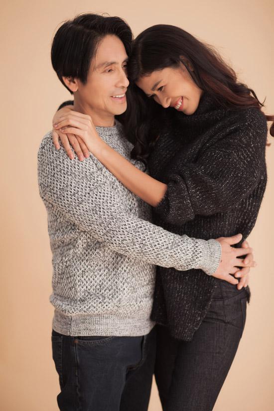 Nhân dịp tròn 3 năm ngày cưới, vợ chồng người mẫu Trang Lạ đã thực hiện bộ ảnh lưu lại những khoảnh khắc ngọt ngào bên nhau. Ông xã cô là bác sĩ Việt kiều Trần Tiến Chánh, ngoài 50 tuổi nhưng vẫn giữ được phong độ trẻ trung.