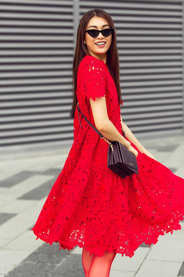 Ngay sau khi rời sàn diễn thời trang, bộ sưu tập mới nhất của Đỗ Mạnh Cường đã được đông đảo nghệ sĩ Việt yêu thích. Sau Diễm My, Giáng My, Thuỷ Hương, Phạm Hương... á hậu Lệ Hằng cũng chọn các mẫu váy đỏ tươi để giúp mình cuốn hút hơn khi xuống phố.
