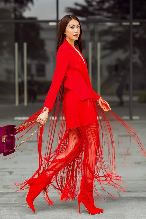 Đi cùng trang phục có phần tua rua trang trí độc đáo là các món phụ kiện hot trend như túi nhung, bốt đỏ.