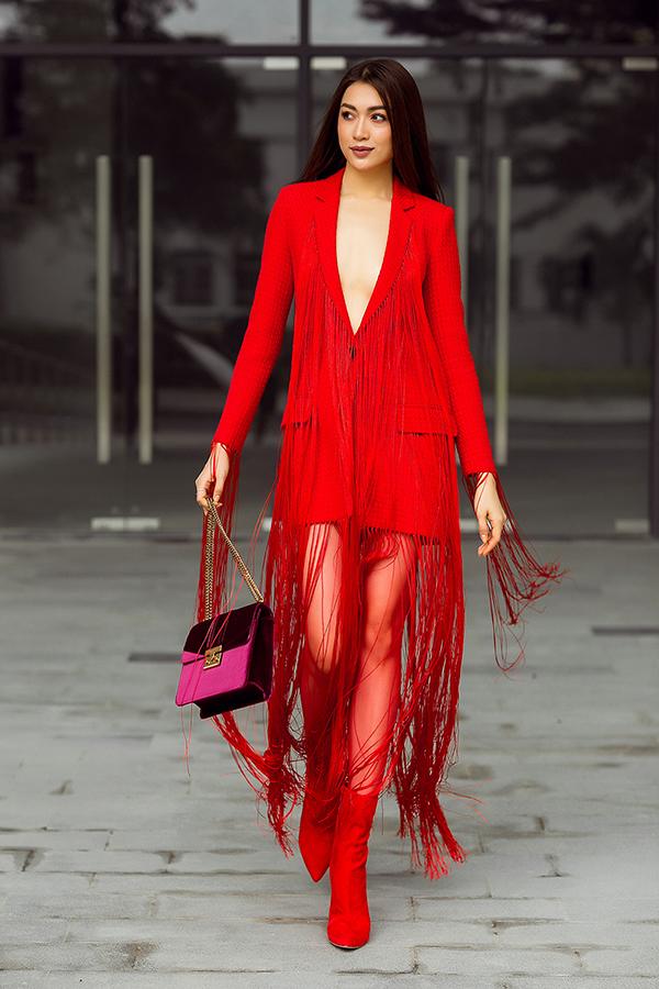 Chi tiết tua rua kết hợp dáng shirt dress năng động mang đến sự giao thoa giữa hình ảnh thanh lịch và cá tính cho người mặc.