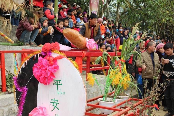 Lễ hội Ná Nhèm ở Lạng Sơn khiến người xem đỏ mặt