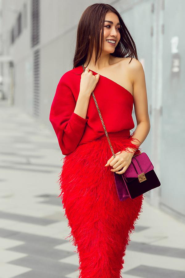 Chiếc áo với cấu trúc lệch vai đi kèm chân váy bút chì đính lông vừa thanh lịch, vừa gợi cảm. Đường cắt sắc néttạo nên trang phục vừa vặn với từg nét cong trên cơ thể của phái đẹp.