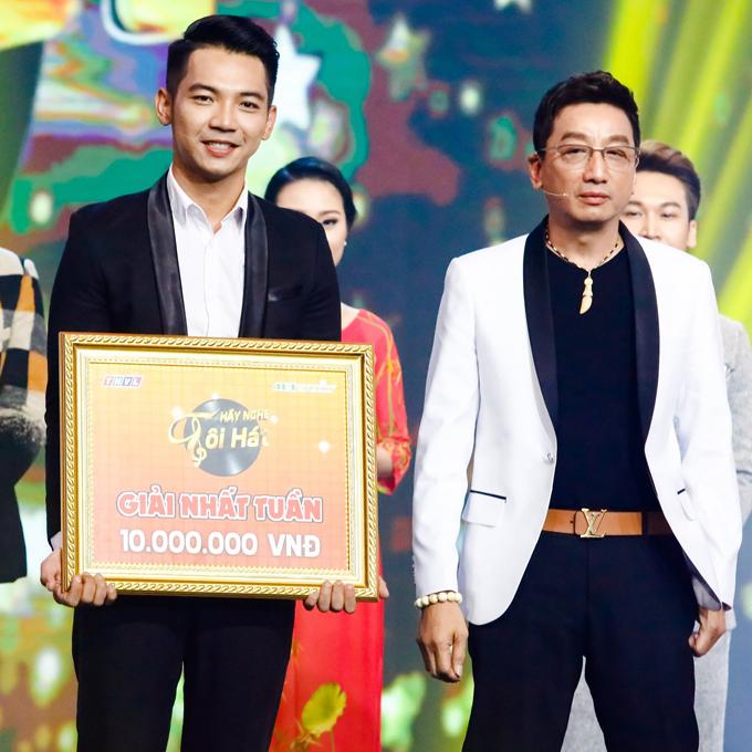 Danh ca Trường Vũ trao giải thưởng cho Mai Quốc Việt.