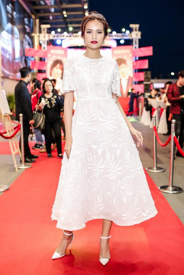 Quán quân VNs Next Top Model Ngọc Châu thanh lịch với trang phục, phụ kiện ton-sur-ton trắng.