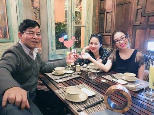 Chú Đình cùng hai con gái bên di ảnh cô Xim trong bữa tối kỷ niệm 31năm ngày cưới.