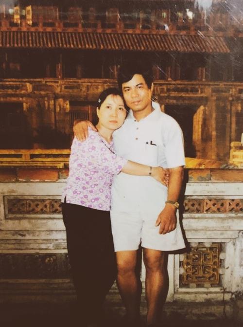 Chú Đình và cô Xim thời trẻ.Trước đây, chú Đình làTrưởng phòng tổ chức cán bộ thuộc Cục hàng không dân dụng Việt Nam. Sau khi nghỉ, chú đảm nhận vị tríChánh văn phòng - Viện nghiên cứu khoa học hàng không.