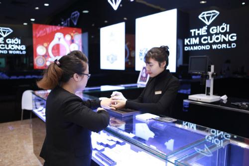 Đội ngũ nhân viên chuyên nghiệp luôn nhiệt tình phục vụ khách hàng.