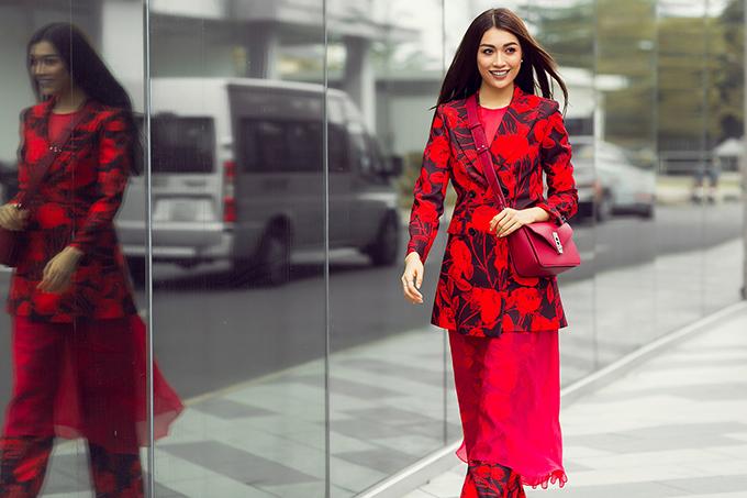 Trong loạt ảnh mới, áhậu Hoàn vũ VN2015 Lệ Hằng mang đến hình ảnh cô gái trẻ sành điệu, thời thượng trong những thiết kế lấy sắc đỏ làm chủ đạo. Trang phục mang đủ phong cách từ cổ điển, nữ tính cho đến quyến rũ, hiện đại.