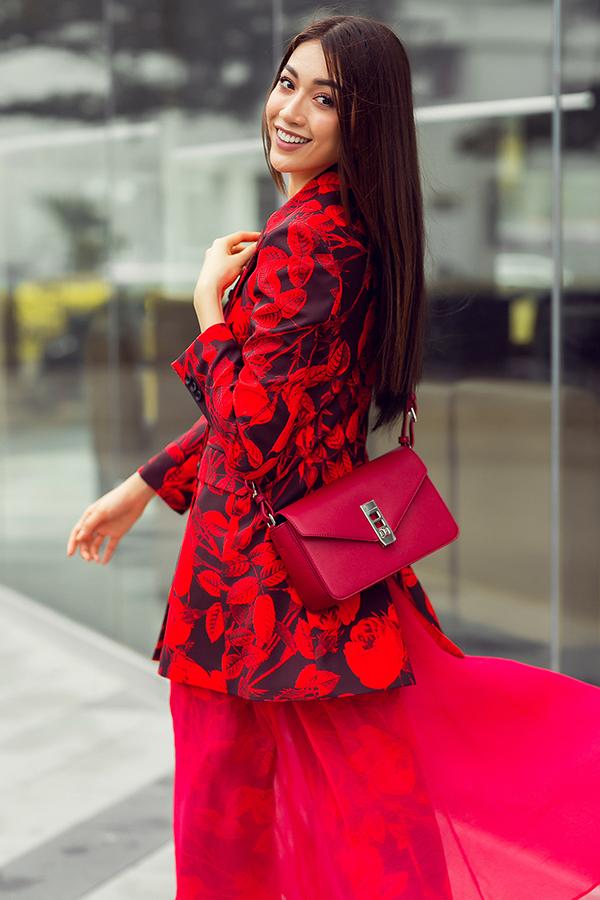 Áo vest dáng dài, quần âu ống rộng được cách tân khi kết hợp cùng lớp váy mỏng tang bên trong. Hoạ tiết hoa to bản được sử dụng kỹ thuật in mang đến những hình khối, mảng màu có chiều sâu ấn tượng.