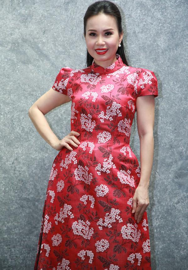 Ca sĩ Cẩm Ly diện áo dài cách điệu nổi bật đi sự kiện.