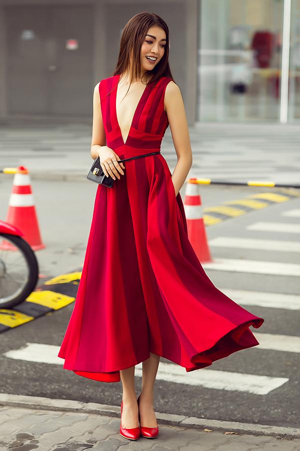 Sử dụng váy áo được sao Việt yêu thích nhưng Lệ Hằng khéo léo giúp mình tạo nên điểm nhấn riêng nhờ cách phối hợp các phụ kiện hợp mốt.