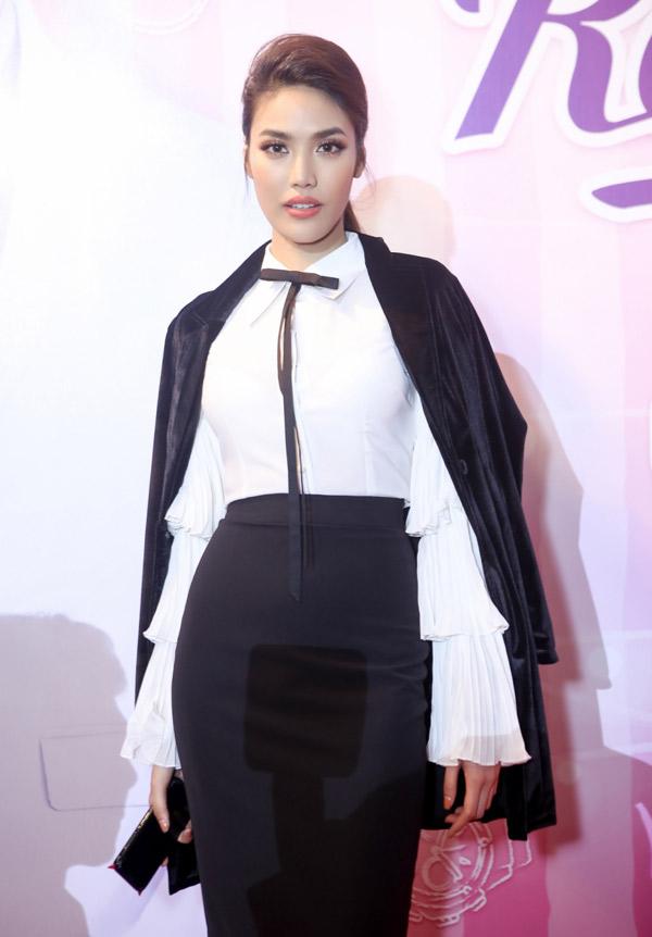Người đẹp Lan Khuê mặc kín đáo, chỉn chu như nhân viên công sở dự buổi ra mắt phim.