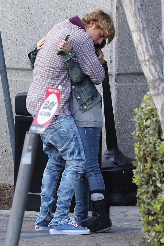 Bieber ôm mẹ đầy yêu thương.