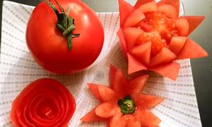 Cách tỉa hoa cà chua để trang trí cho mâm cỗ nhanh mà đẹp