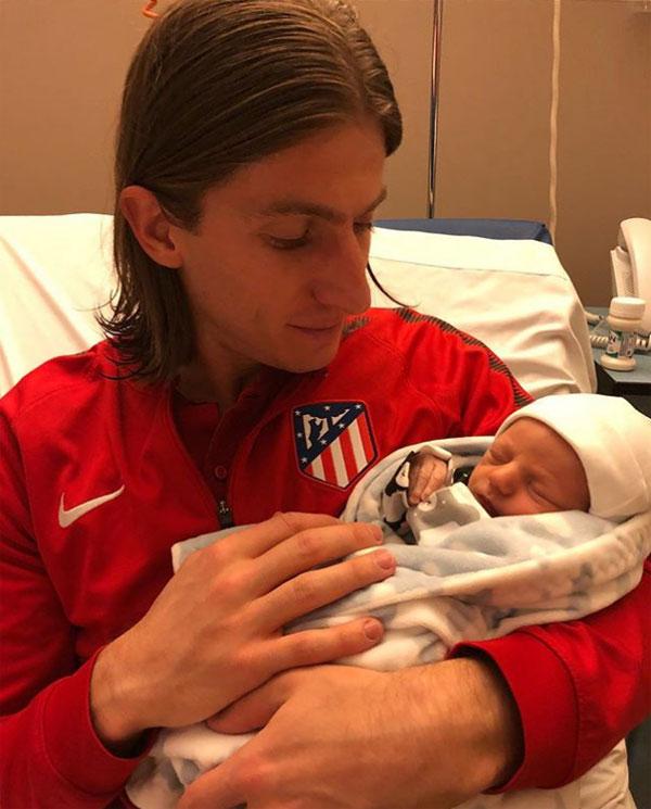 Filipe Luis và con trai Lucas. Ảnh: NS.