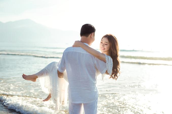 Từ đó, cặp đôi oan gia ngõ hẹp bắt đầu cuộc hành trình yêu xa khoảng 6 tháng vì lúc này, Diễm Hằng chưa tốt nghiệp đại học ở Hà Nội, con Quang Tuyền công tác tại TP HCM. Trong nửa năm đó, cả hai chỉ được gặp nhau hai lần là valentine 2014 và khi Diễm Hằng bảo vệ luận văn tốt nghiệp.