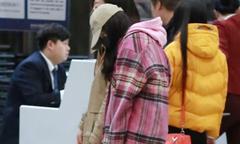 Dương Mịch ngủ gà gật ở sân bay, gương mặt mệt mỏi