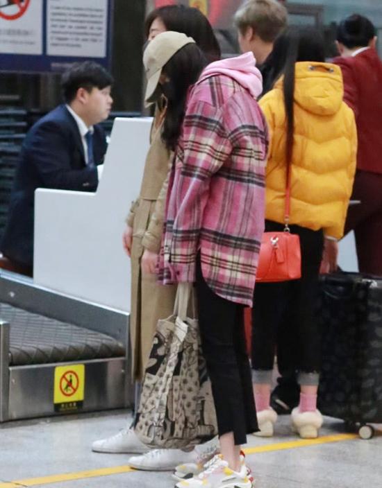 Tờ QQ mô tả, Dương Mịch gà gật tại sân bay, cô dựa vào vai quản lý để chợp mắttrong thời gian chờ hoàn tất thủ tục xuất cảnh. Ngay những ngày đầu năm, cô đã rất bận rộn chạy show và ghi hình quảng cáo.