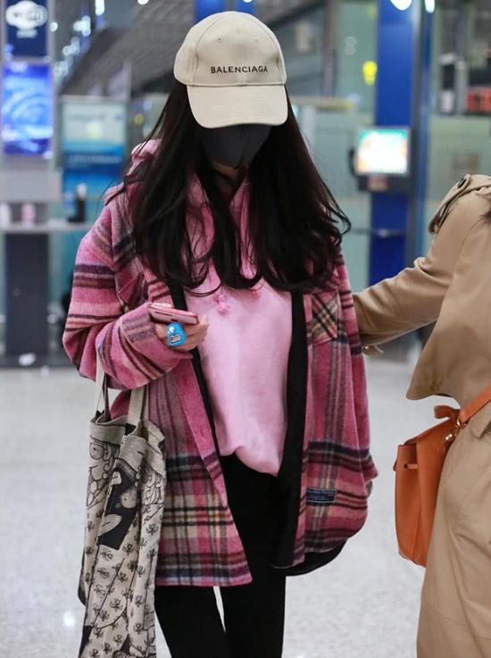 Dương Mịch xuất hiện tại sân bay Bắc Kinh sáng nay 2/3, cô lên đường sang Thái Lan quay quảng cáo. Trang phục có phần xuề xòa, đội mũ, đeo khẩu trang kín mít, nữ diễn viên Người đàm phán trông kháuể oải. Trên ngóntay của Dương Mịch là máy nghe niệm Phật màu xanh - món đồ cô thường xuyên mang bên mình.