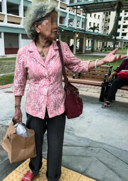 Cụ bà chia sẻ câu chuyện về con mình với hàng xóm.