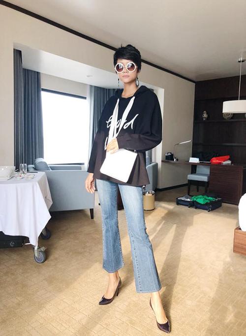Hoa hậu HHen Niê kết thúc chuyến công tác Hạ Long và trở về Hà Nội tiếp tục hành trình. Người đẹp diện phong cách vừa thoải mái, đơn giản nhưng không kém phần thời trang với quần ống loe và áo hoodies.