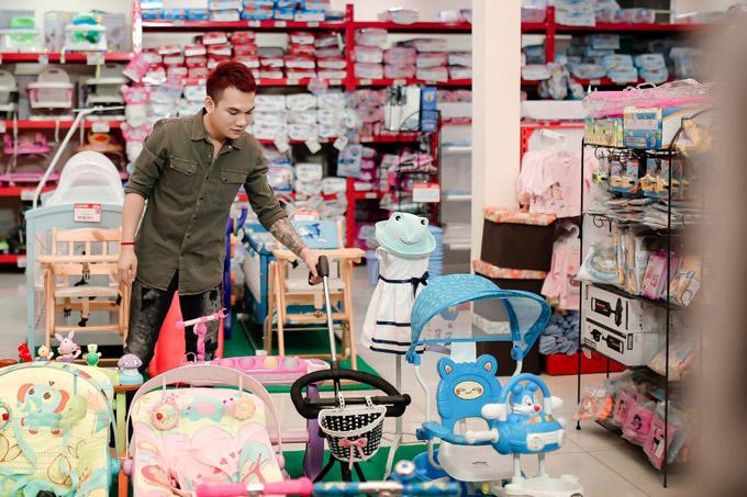 Tin lời bạn gái, Khắc Việt đã rất hạnh phúc bởi sắp được làm bố. Anh còn háo hức đi sắm sửa đồ sơ sinh, chuẩn bị đón em bé chào đời.