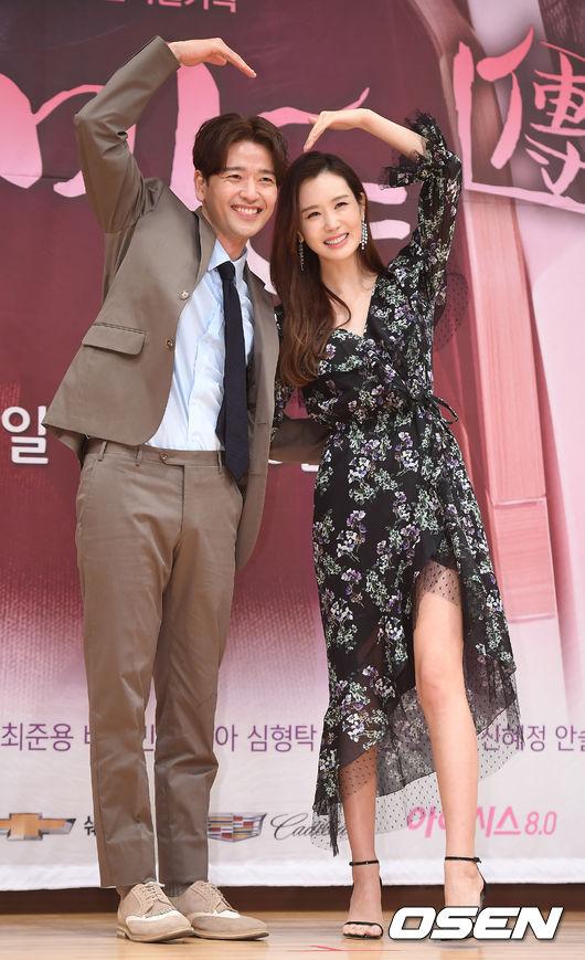 Lee Da Hae và diễn viên Bae Soo Bin sánh vai nhau trong buổi giao lưu.