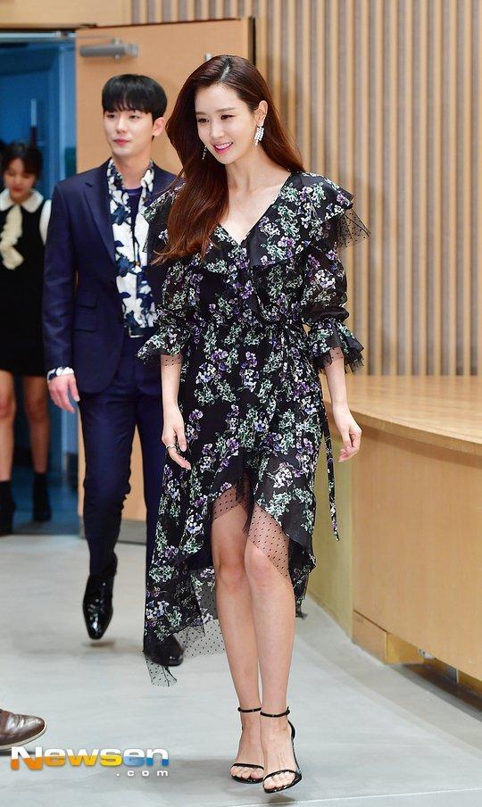Lee Da Hae dự họp báo giới thiệu bộ phim mới Good Witch của đài SBS, sự kiện diễn ra chiều nay 2/3 tại Mok-dong, Seoul. Tác phẩm đánh dấu sự trở lại màn ảnh nhỏ của mỹ nhân Hàn sau Hotel King năm 2014. Trong phim, Lee Da Hae đóng hai vai, làcặp chị em song sinh.