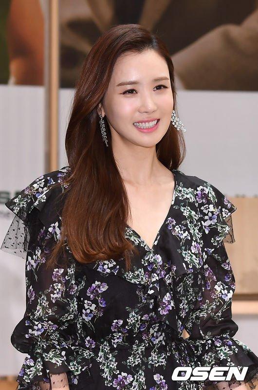 Đã lâu không lộ diện, Lee Da Hae nhận được rất nhiều sự quan tâm từ cánh ký giả. Tại buổi họp báo, ngôi sao Hàn diện váy hoa tươi trẻ, gương mặt đẹp không tì vết. Nhiều năm nay, cô được báo chí đặt cho biệt danh búp bê dao kéo vì phẫu thuật thẩm mỹ rấtthành công.