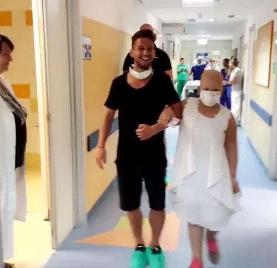 Tiền đạo Napoli và bệnh nhân ung thư tuổi teen Aurora như thể đang bước đi trên lễ đường trong bệnh viện. Ảnh: Instagram