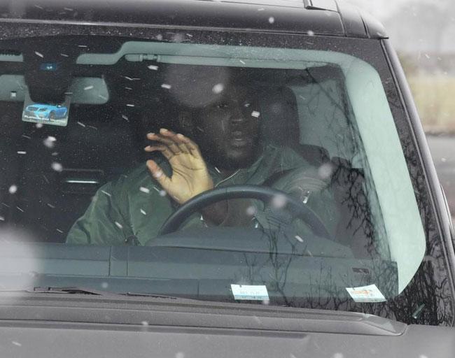 Sau chiến thắng 2-1 trước Chelsea hôm cuối tuần, các cầu thủ MU được xả hơi 3 ngày và mới trở lại tập luyện hôm 1/3. Trong ảnh, người hùngRomelu Lukaku lái xe đến sân sau chuyến đi tới New York. Ngôi sao người Bỉ có một pha lập công và kiến tạo để Lingard ghi bàn trong chiến thắng 2-1 của Quỷ đỏ trước The Blues.