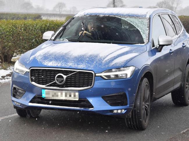 Ibrahimovic lái chiếc Volvo quen thuộc tới sân tập. Dù sở hữu nhiều siêu xe, tiền đạo người Thụy Điển vẫn chuộng chiếc xe bình dân.