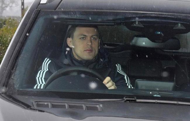 Nemanja Matic tập trung lái xe. Một ngày sau chiến thắng trước Chelsea, ngôi sao người Serbia tiết lộ mẩu giấy nhắn hài hước của HLV Mourinho trong đó ghi rằng anh được nghỉ 3 ngày.