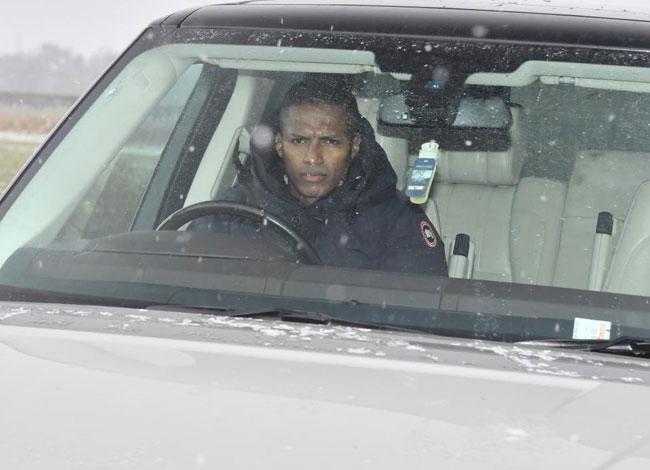 Antonio Valencia cau mày với thời tiết giá lạnh khắc nghiệt ở nước Anh.