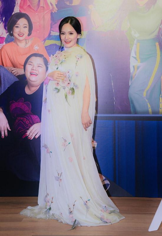 Lan Phương bế bụng bầu 6 tháng đến dự buổi công chiếu. Trong Tháng năm rực rỡ, cô là giáo viên chủ nhiệm của nhóm Ngựa Hoang.