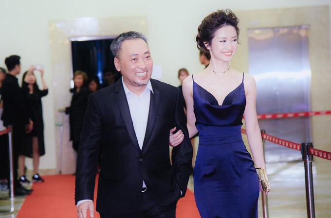 Jun Vũ được đạo diễn Nguyễn Quang Dũng tháp tùng trên thảm đỏ.
