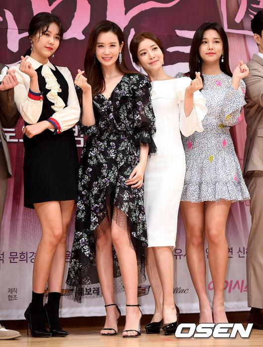 Dàn mỹ nữ của Good Witchtừ trái qua: Hye Jeong, Lee Da Hae, Yoon Se Ah vàAhn Sol Bin.