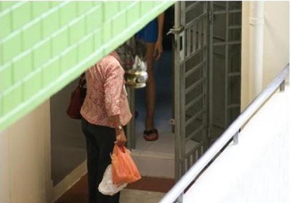 Người mẹ mỗi ngày đến chỉ để đưa thức ăn cho con gái.