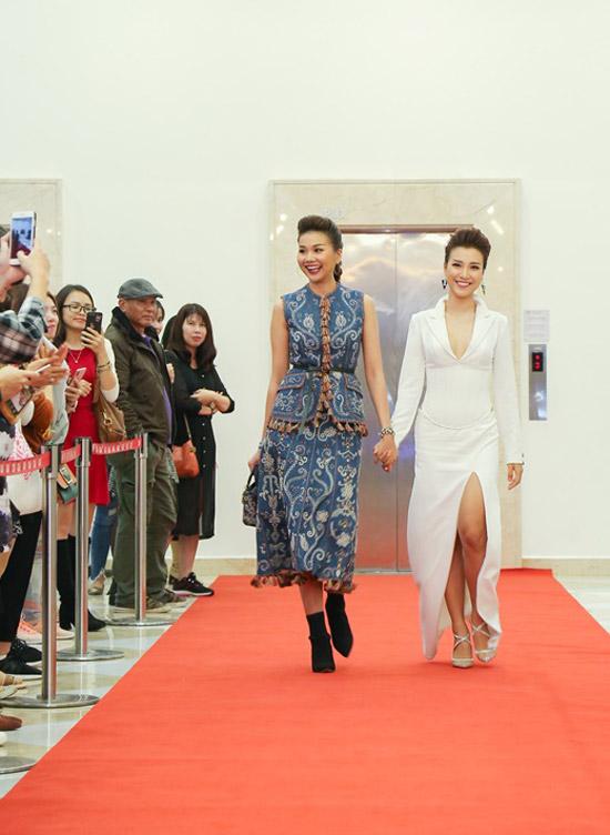 Tối qua (1/3), Thanh Hằng rạng rỡ xuất hiện cùng Hoàng Oanh tại sự kiện công chiếu dự án điện ảnh của đạo diễn Nguyễn Quang Dũng. Trong khi đàn em chọn đầm trắng cắt xẻ táo bạo thì Thanh Hằng lại thanh lịch với set đồ hiệu từ áo, váy đến túi xáchcủa Dior. Trang phục của siêu mẫu nằm trong bộ sưu tập Dior Cruise 2018, có tổng giá trị khoảng 500 triệu đồng.