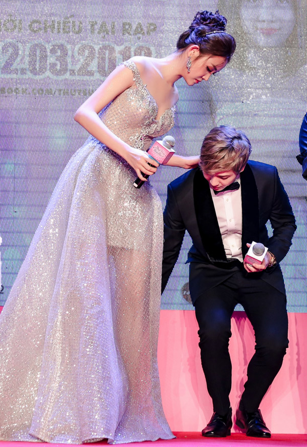 Hot boy tỏ ra ga lăng, chỉnh váy cho bạn diễn để giúp cô di chuyển lên xuống sân khấu.